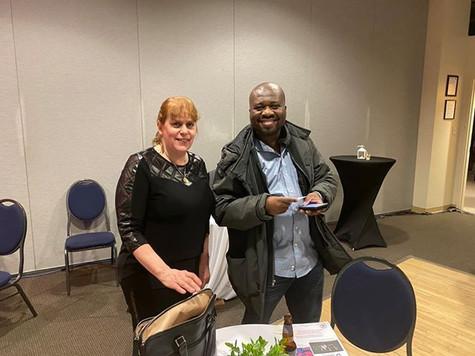 Chantal avec Fernand Ackey, diffuseur de Radio-Cité FM