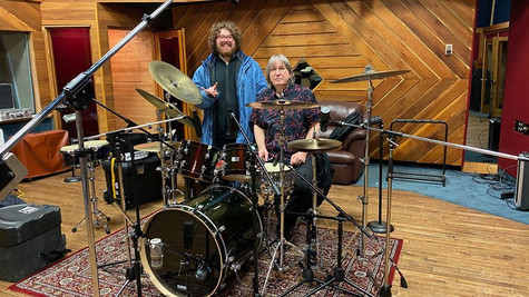 Denis Frigon ; technicien de batterie et assistance générale .(Un très bon batteur et guitariste!) avec JJ