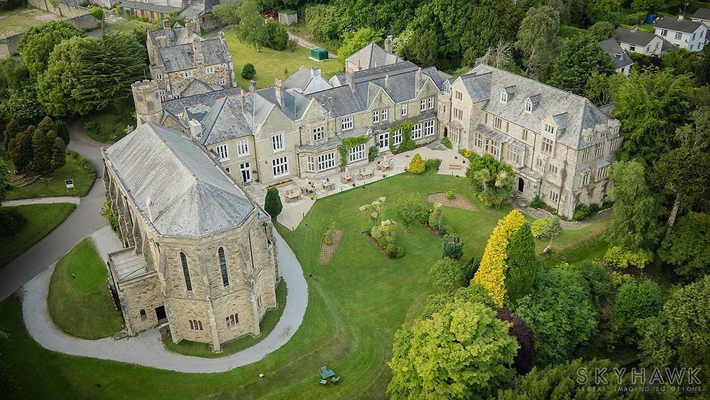 Foto de um castelo utilizando drone