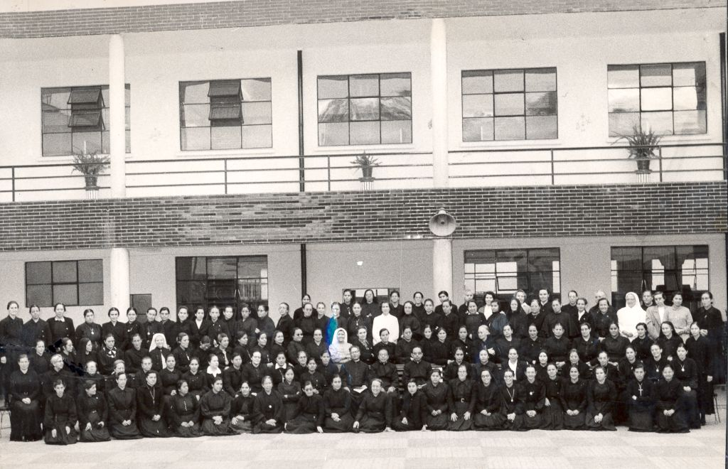 Grupo de hermanas 1953 patio central  19