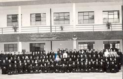 Grupo de hermanas 1953 patio central  19