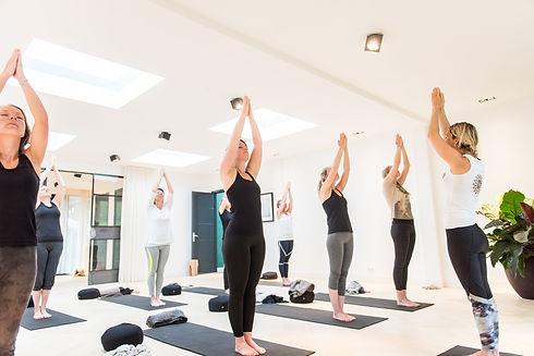 yoga-binnen-handen-omhoog-foto7.jpg