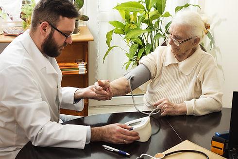 רופא מודד לחץ דם