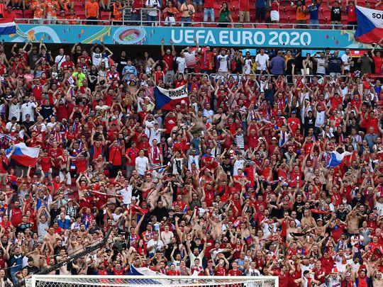 Football fans chanting like no COVID-19 at Puskás Aréna