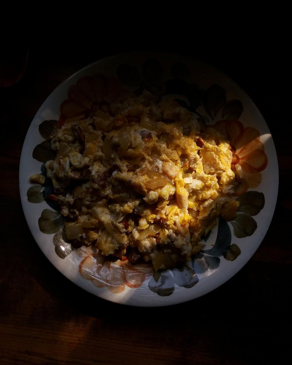 jajecznica z kurkami na talerzu