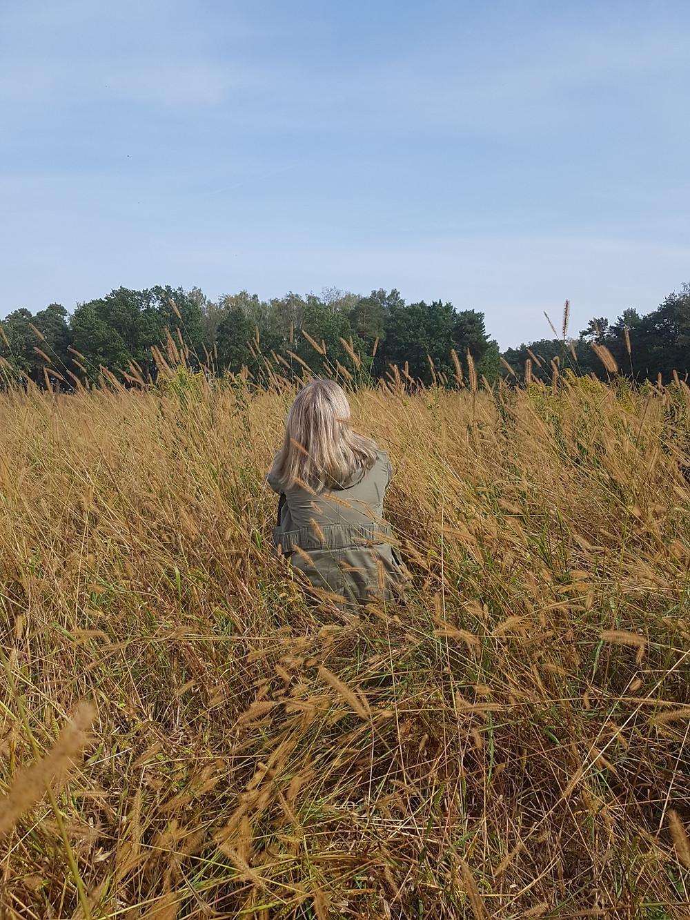 dziewczyna w trawie