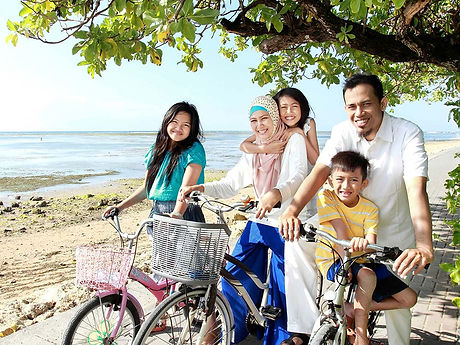 Holidayme_happy-muslim-family-travelling