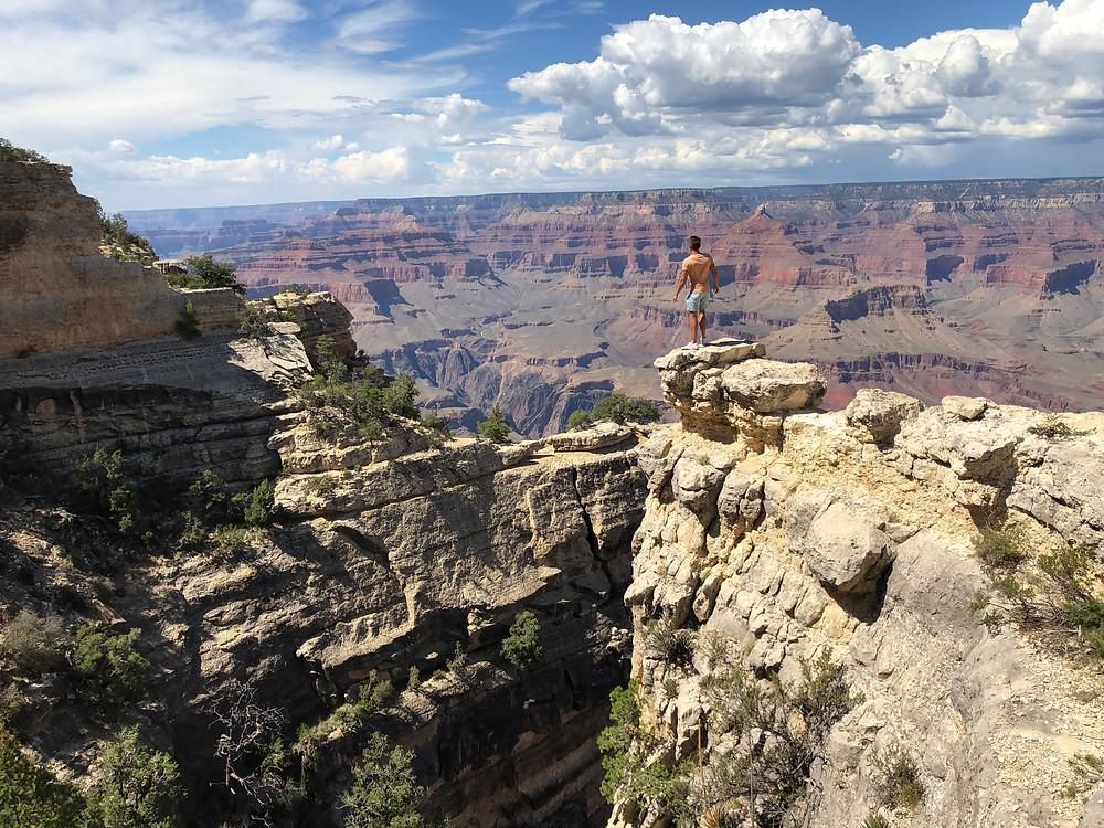Foto en el borde del abismo en el Gran Cañón del Colorado