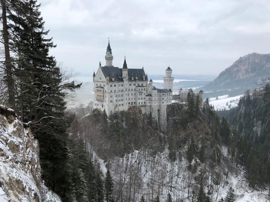 Vista panoramica del castillo de Neuschwanstein en invierno