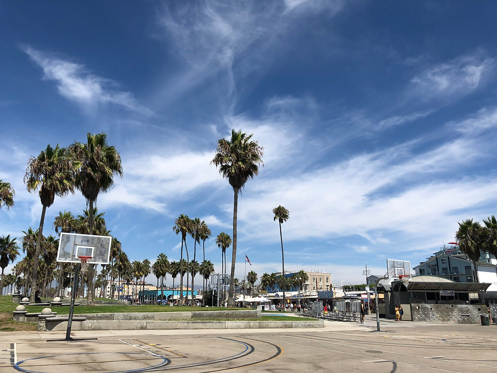 Campo de baloncesto en la playa de Venice de Los Ángeles