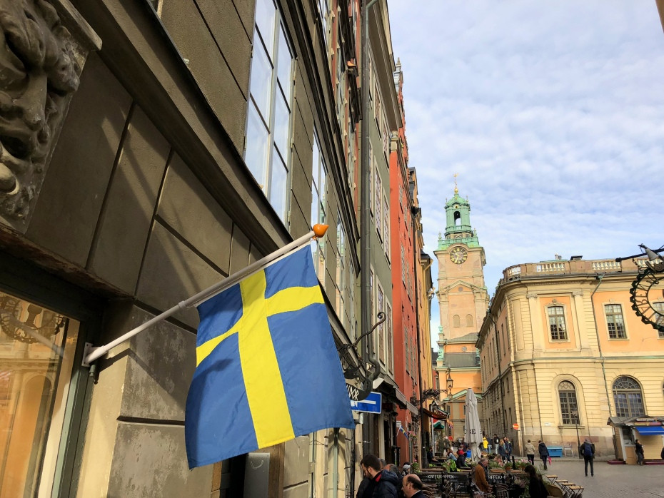 Bandera de Suecia colgando de un negocio local