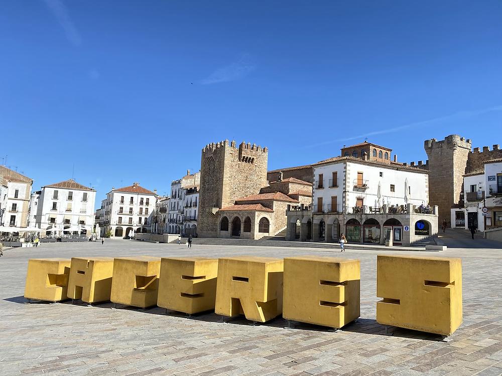 Letrero de Cáceres en la Plaza Mayor