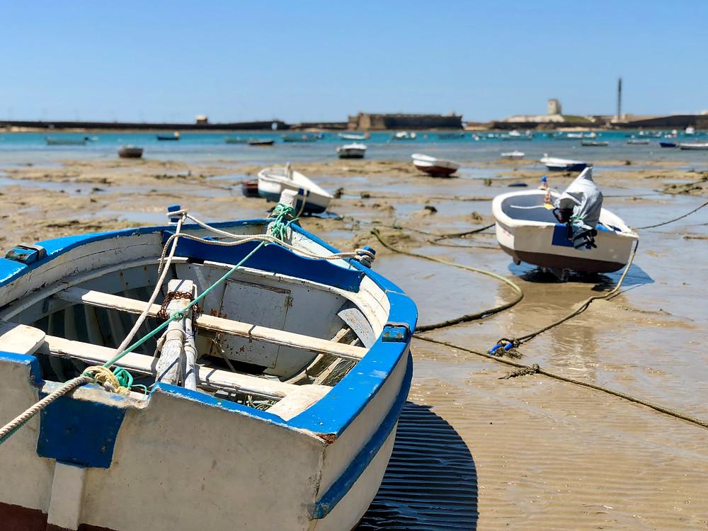Barcas en la playa Caleta de Cádiz