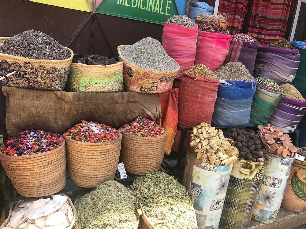 Especias en un mercado en la plaza Jemaa el Fna