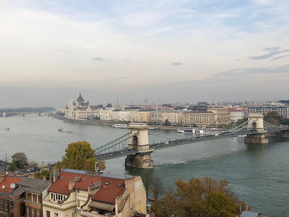 Vista del puente de las cadenas con el Parlamento detrás