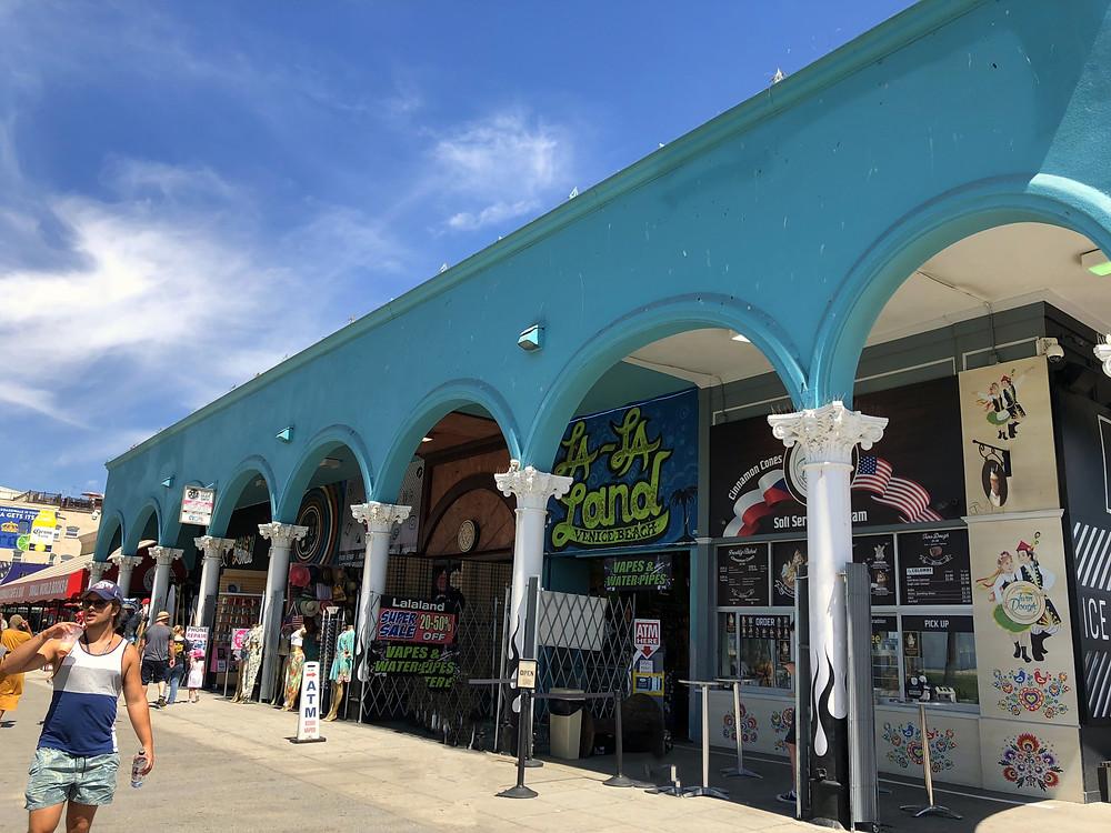 Tiendas de souvenirs en el paseo marítimo de Venice en Los Ángeles