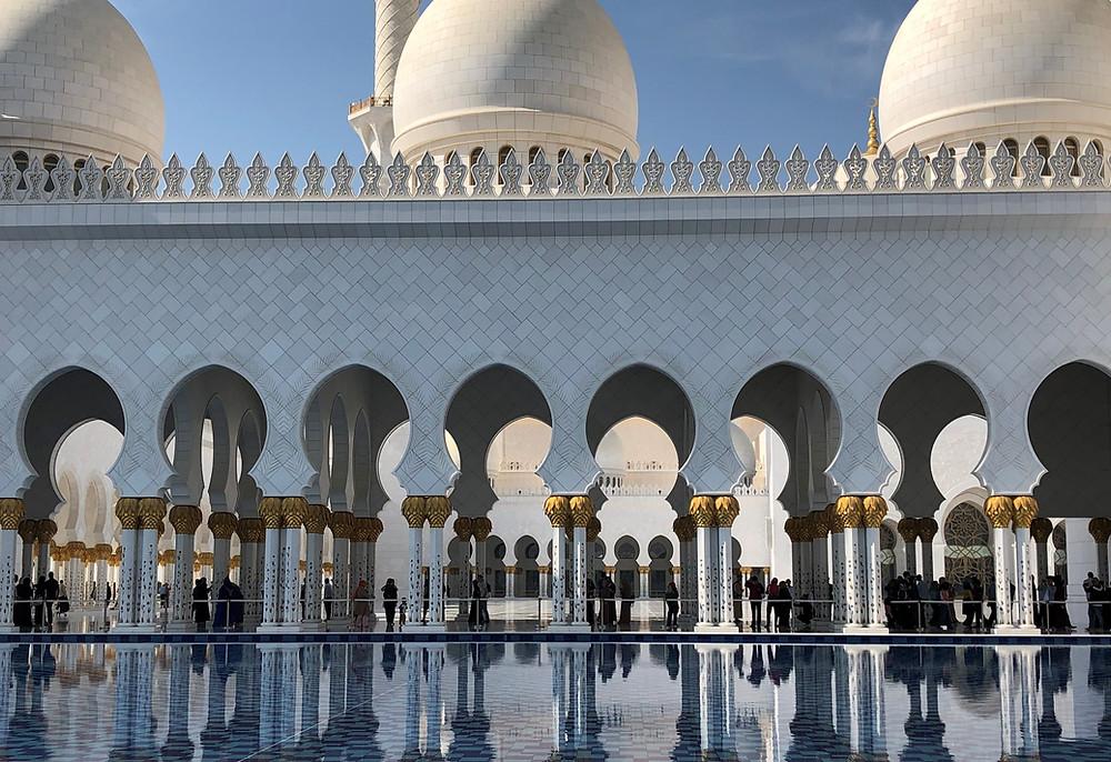 Gran mezquita de Abu Dabi reflejada en el agua
