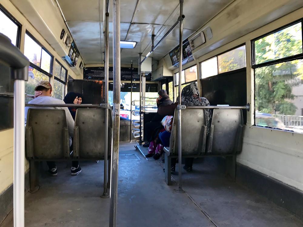 Interior del autobús que conecta el aeropuerto de Fez con el centro