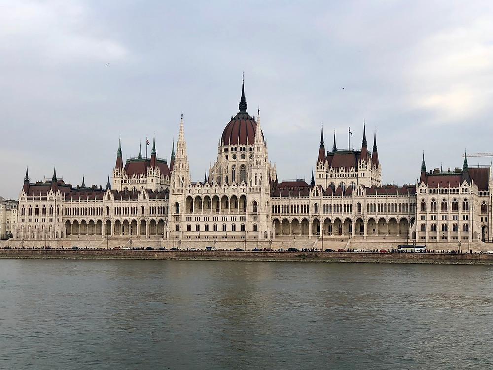 Imagen de la fachada principal del Parlamento de Budapest
