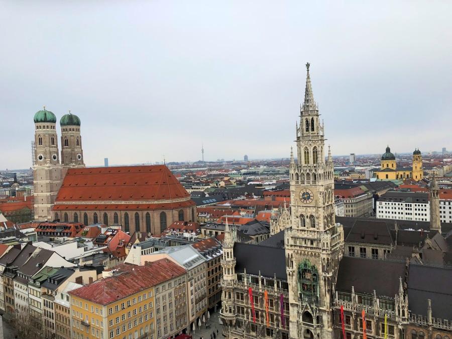 Vista panorámica del Ayuntamiento y la Catedral de Munich