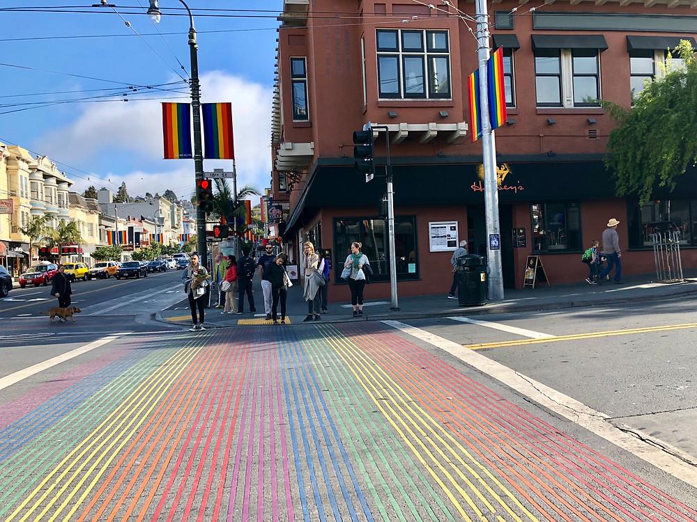 Paso de peatones con los colores de la bandera LGTBI en el barrio de Castro