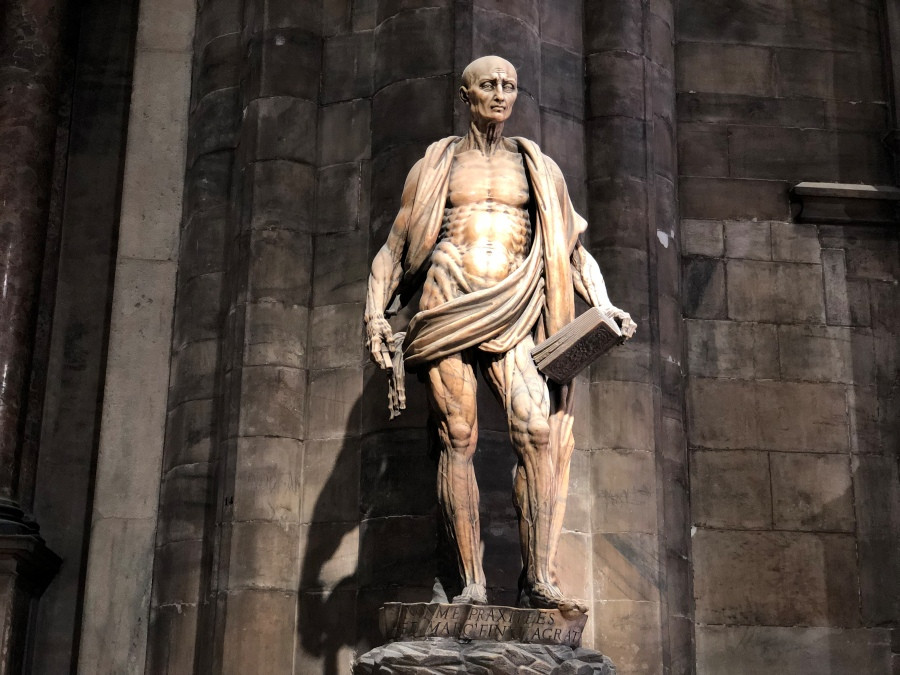 Estatua de San Bartolome en el interior del Duomo de Milan