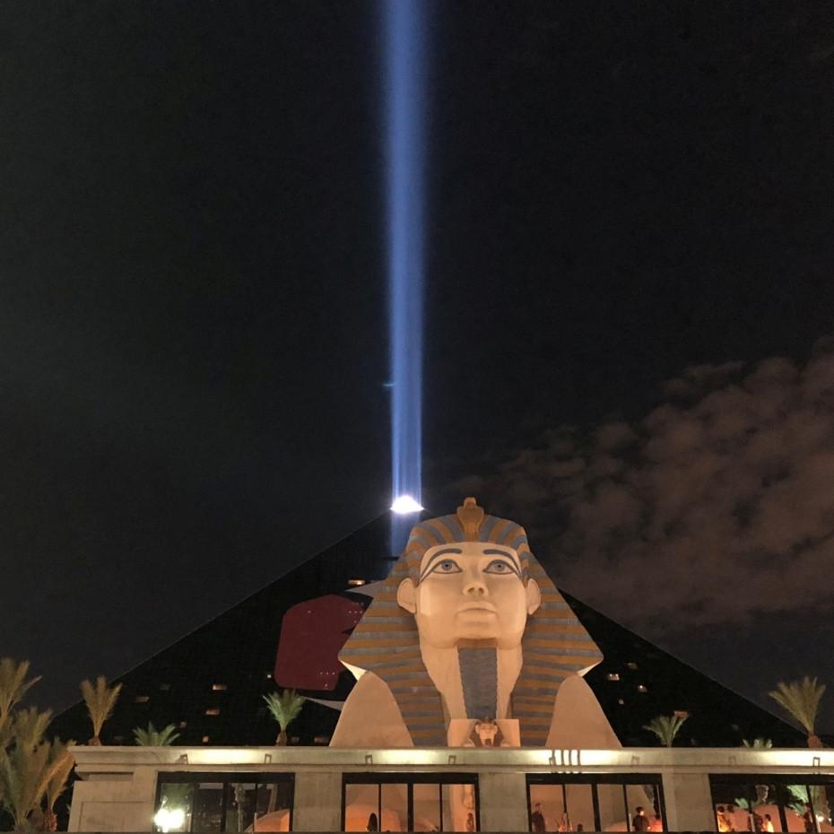 Imagen nocturna del resort Luxor en Las Vegas