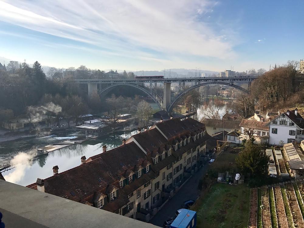 Tranvia cruzando un puente en Berna