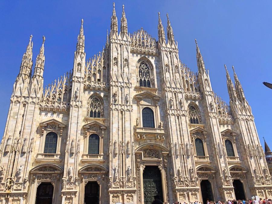 Fachada de la catedral del Duomo en Milan