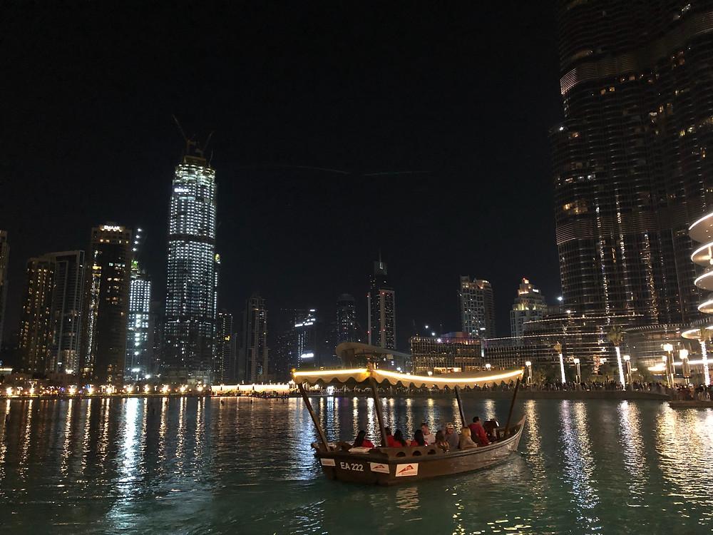 Paseo en barco por la magic fountain, una actividad típica entre los turistas