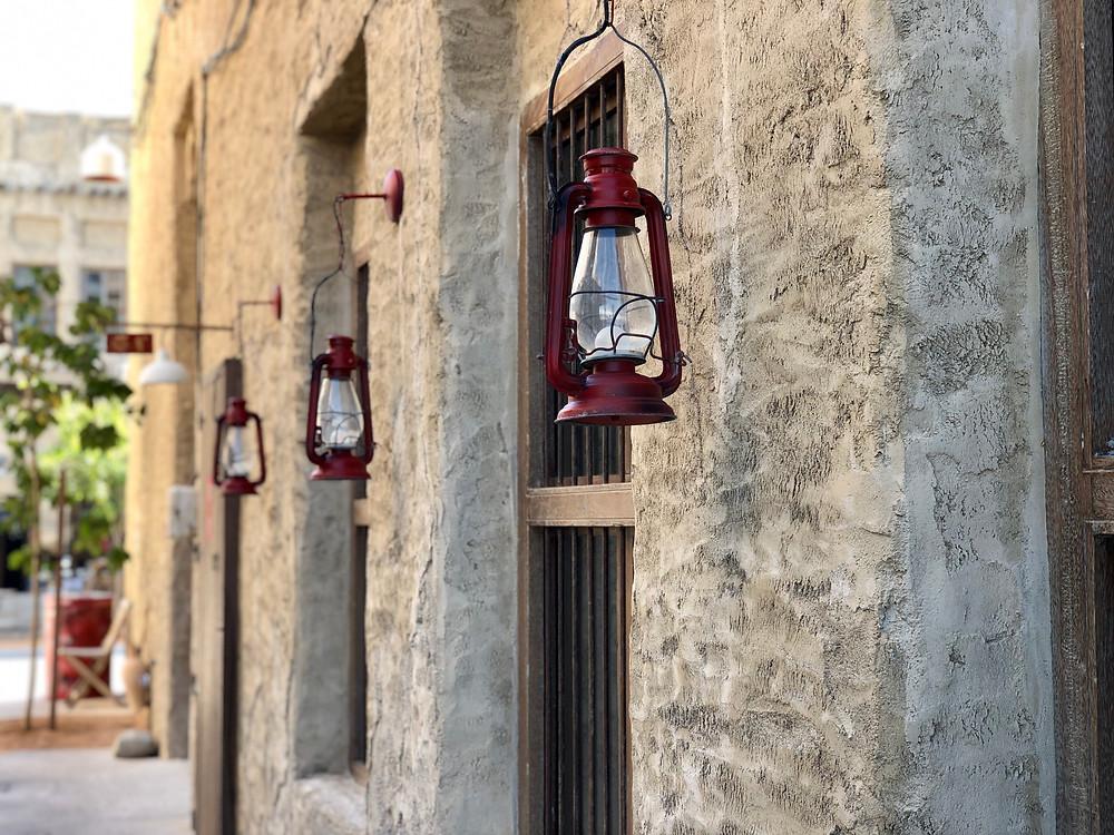 Lámparas antiguas en el barrio viejo