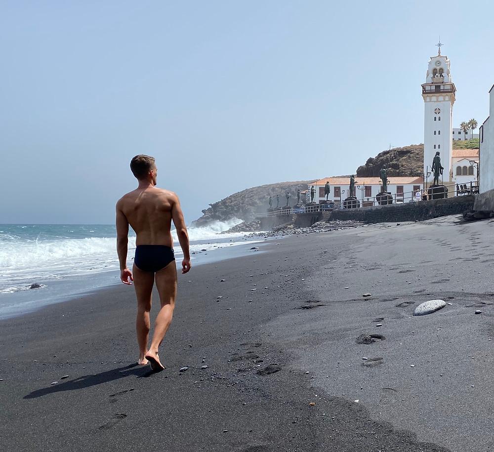 Imagen del campanario de la Candelaria desde la playa