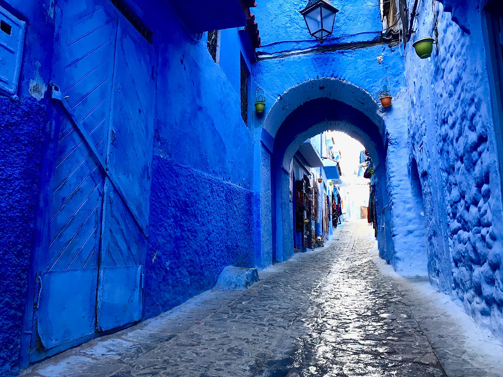 Calle típica de Chefchaouen en Marruecos