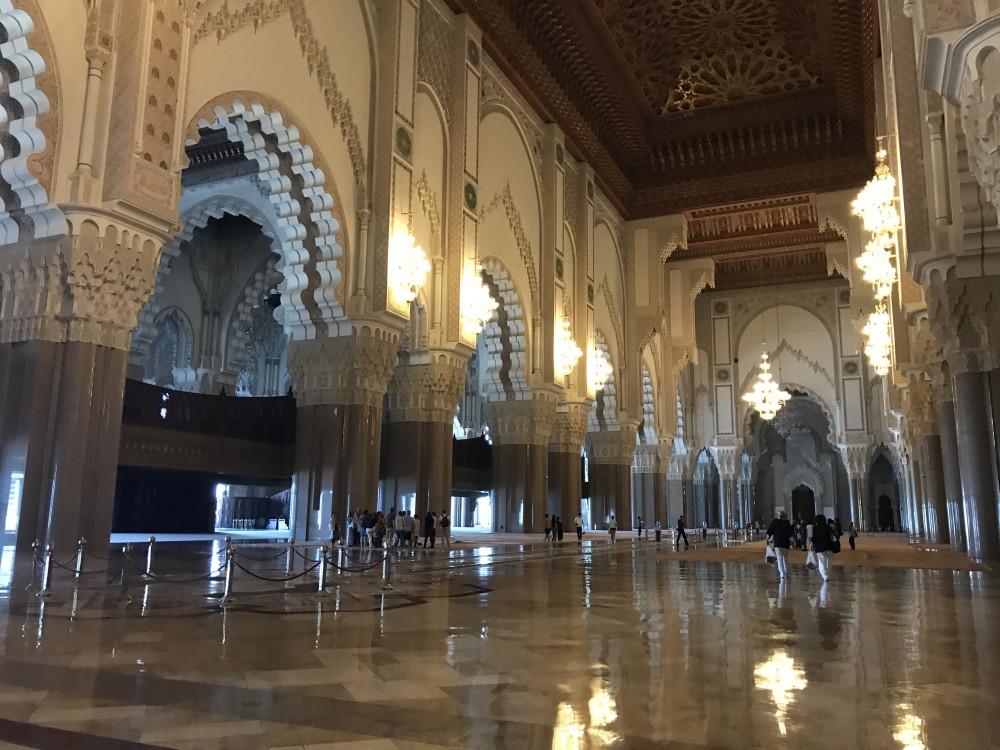 La sala de oraciones de la mezquita es una de las más grandes del mundo