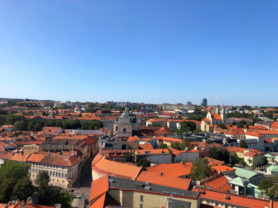 Panorámica de los tejados anaranjados de Vilna