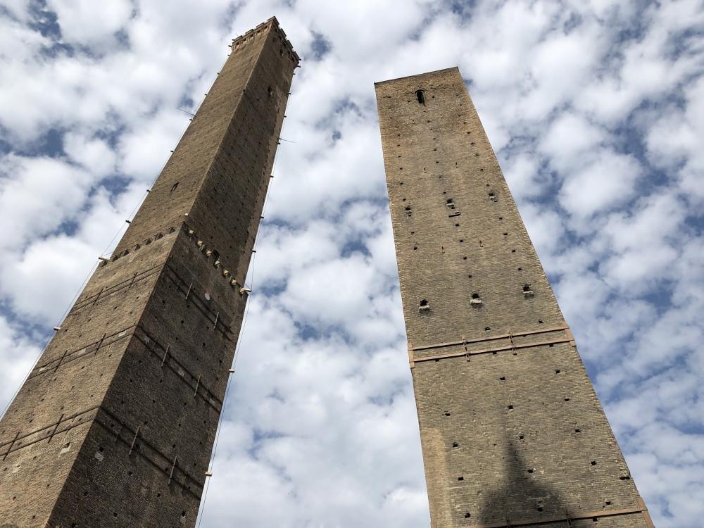 Contrapicado de las dos torres de Bolonia, Asinelli y Garisenda