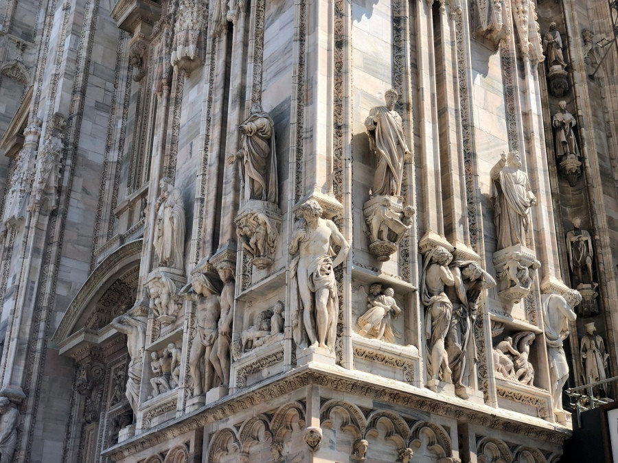 Primer plano de las esculturas esculpidas en la fachada del Duomo de Milan