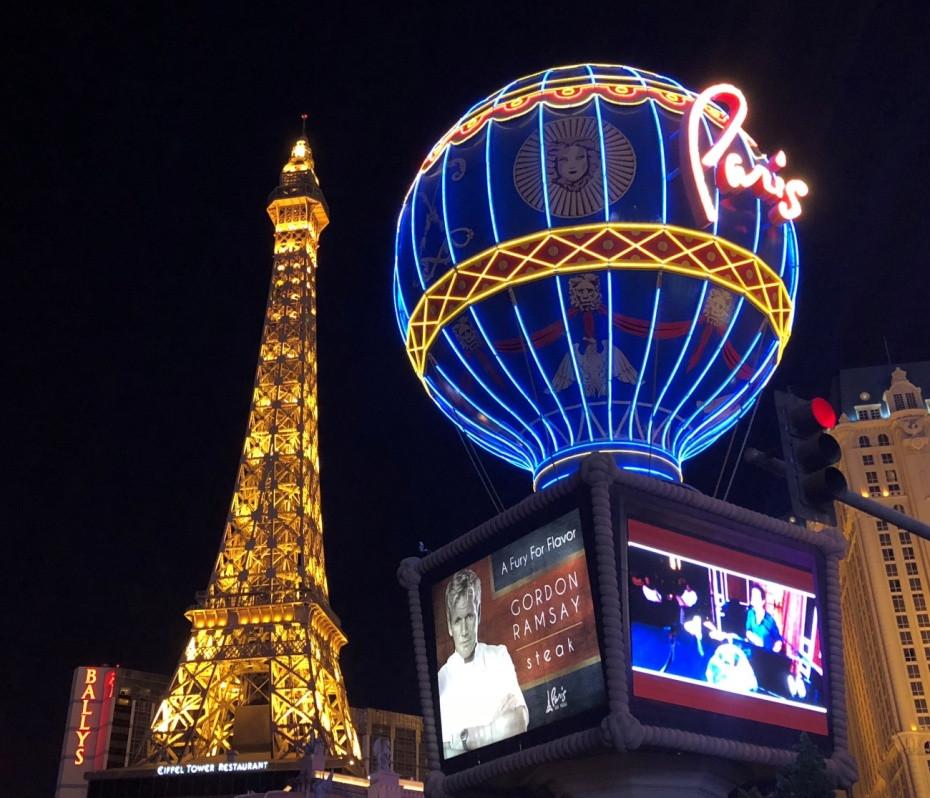 Imagen nocturna del resort Paris de Las Vegas