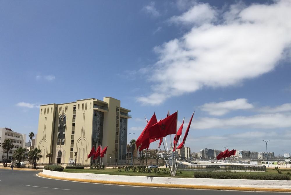 Rotonda repleta de la bandera nacional de Marruecos