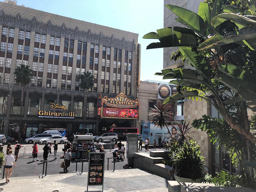 Fachada del teatro El Capitán en el paseo de la fama de Los Ángeles