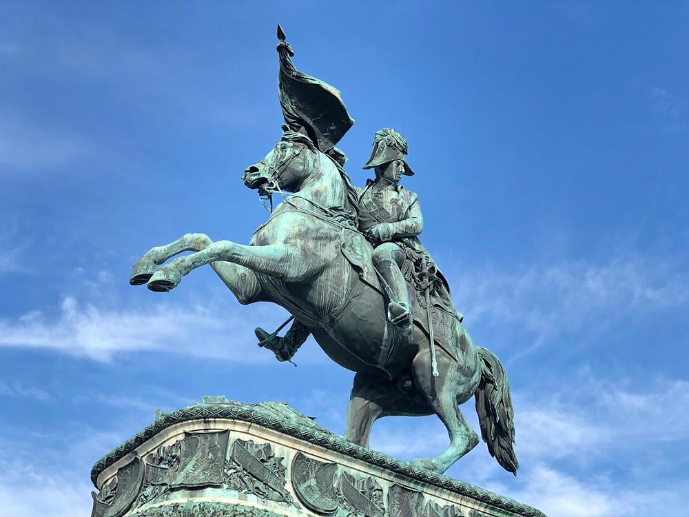 Militar sobre caballo