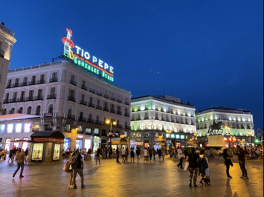 Cartel de Tio Pepe de noche en Madrid