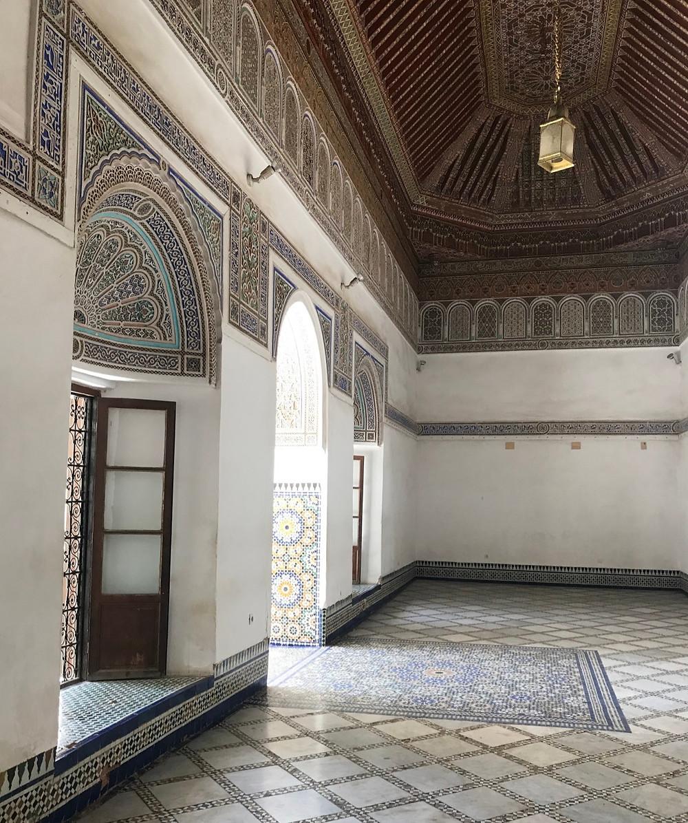 Interior ornamentado del palacio de la Bahia en Marrakech