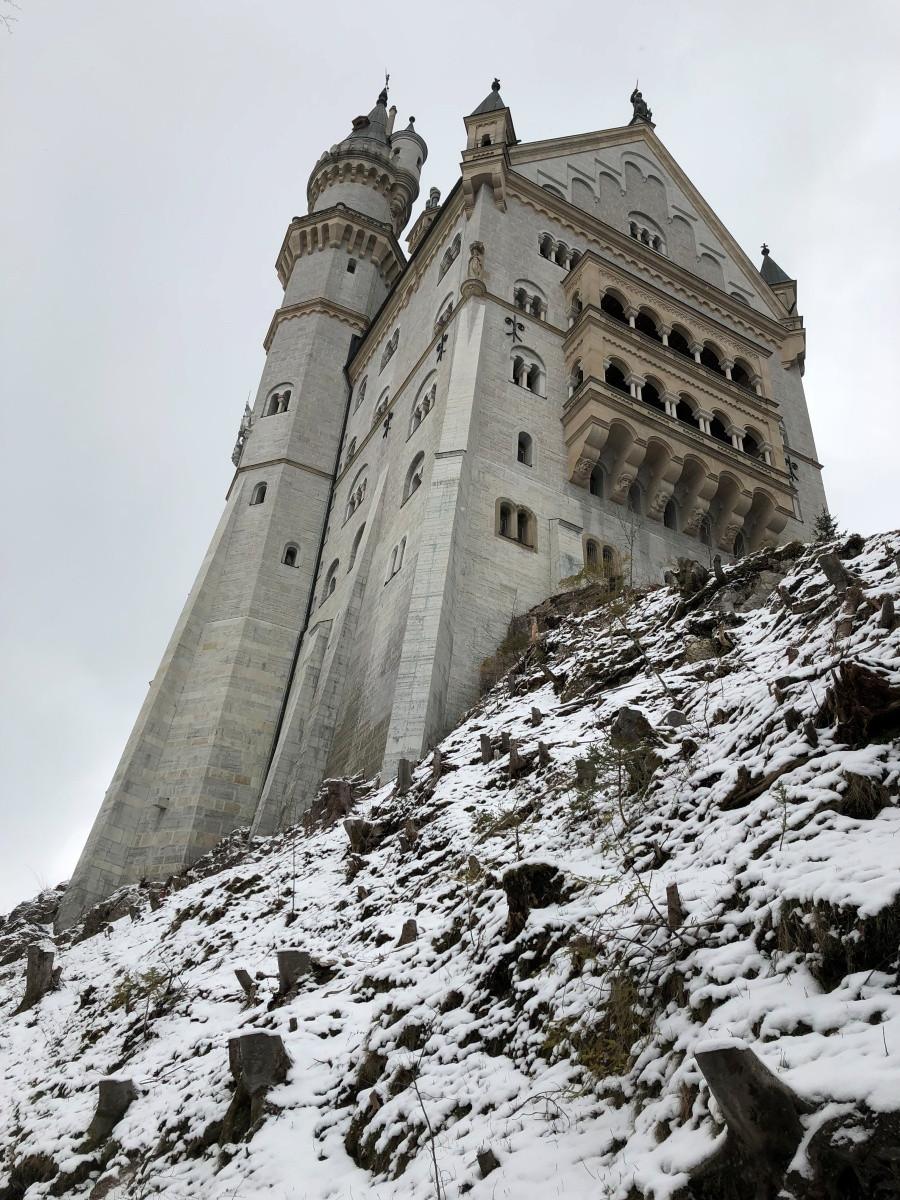 Vista de las impresionantes torres del castillo desde su base