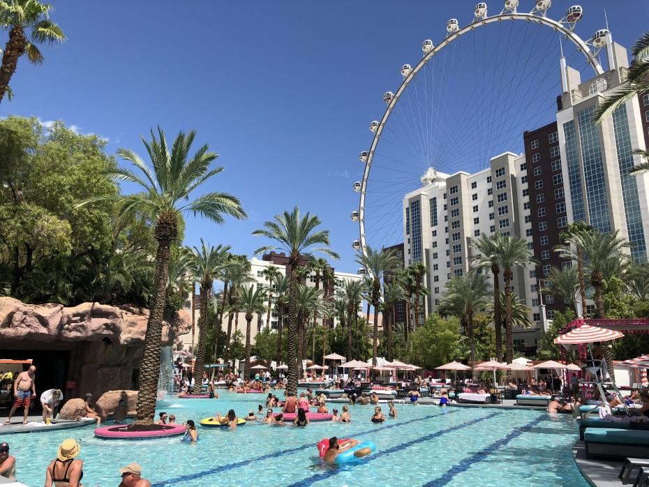 Noria de Las Vegas vista desde la piscina del hotel Flamingo