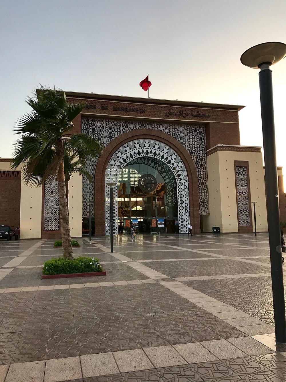 Fachada principal de la estación de trenes de Marrakech
