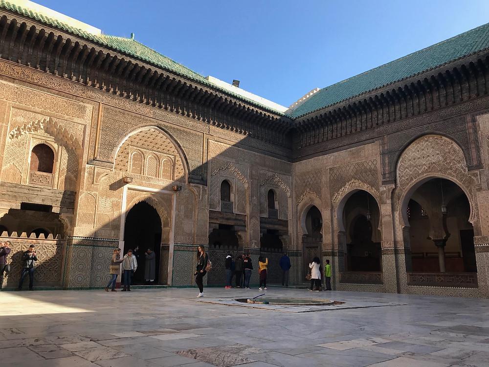 Patio principal de la madraza Bou Inania en Fez