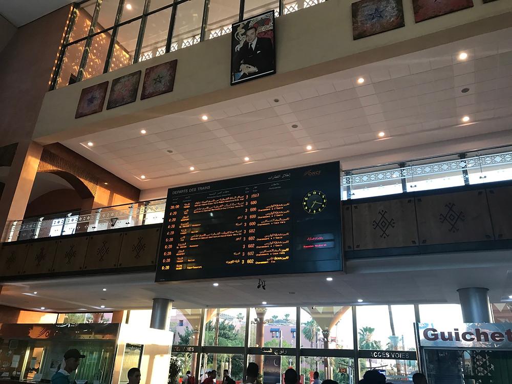 Panel de salidas en la estación de trenes de Marrakech