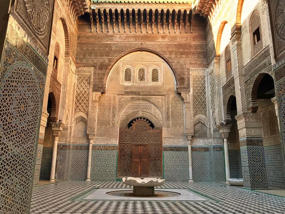 Patio principal de la madraza Attarine en Fez