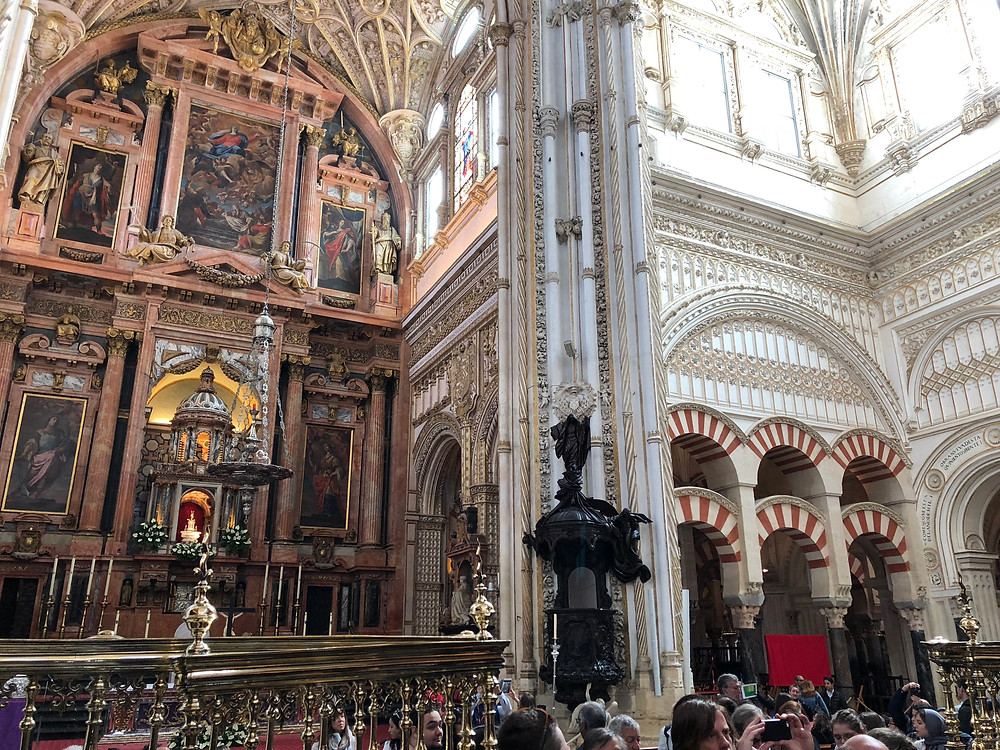Imagen contraste catedral mezquita en Córdoba